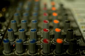 La figura del fonico richiede sia uno spiccato talento artistico che solide nozioni di acustica.