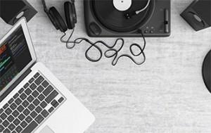Esistono programmi open source che permettono, con risultati alterni, di eliminare uno strumento o la voce da un brano musicale.