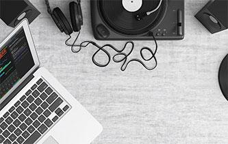 Esistono programmi open source che permettono, con risultati alterni, di eliminare la voce o uno strumento da un brano musicale.