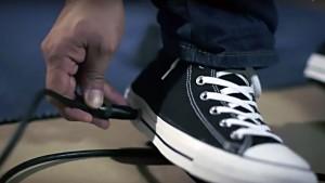 La celebre ditta calzaturiera ha ideato un brevetto che incorpora il pedale wah wah dentro la suola delle scarpe più vendute di sempre le, All Star.