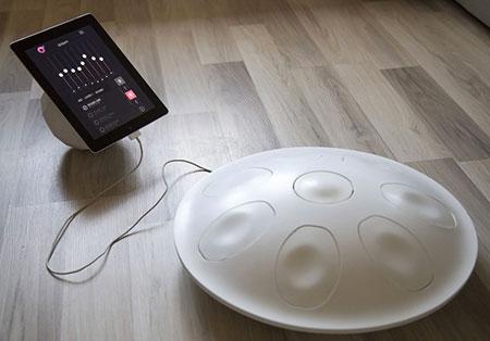 Pur con l'aspetto di un hand pan, Oval è un moderno controller che offre stupefacenti possibilità nell'ambito della music production.