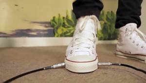 """Le All Wah sono delle avveniristiche calzature che, una volta indossate e connesse alla sturmentazione chitarristica, permettono di suonare il celebre effetto """"wah"""" senza ricorrere ad alcun pedale fisico."""