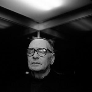"""Ha scritto alcune delle colonne sonore più importanti di tutti i tempi: da """"La cosa di John Carpenter, a """"Nuovo Cinema Paradiso"""" e """"Canone Inverso"""" di Tornatore, fino al recentissimo """"The Hateful Eight"""" di Quentin Tarantino."""