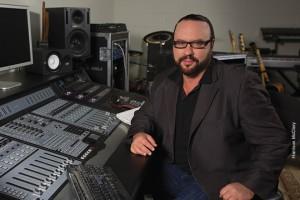 Desmond Child nel suo studio: l'artista è strumentista, autore e produttore di alcuni dei più grandi successi radiofonici di sempre.