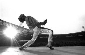 Il grande Freddie Mercury in un celebre scatto durante una performance live.