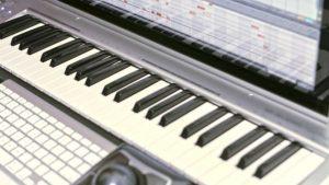 Un computer con una buona RAM, una coppia di casse e una tastiea muta. Poche attrezzature possini bastare per creare un demo o un provino musicale.