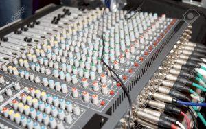 Il mixer ci permette non solo di dosare i livelli dei singoli canali. Ci consente di interfacciare più macchinari audio e gestire gli ascolti.