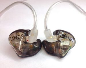 Gli in ear monitor assolvono allo stesso compito della comune cassa spia. Offrono però un ascoltoi puù comodo e selezionato.
