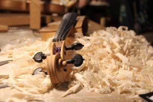 L'interno di una bottega di liuteria; ecco un esempio di strumento ad arco costruito interamente a mano.