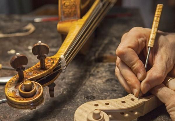 Il liutaio costruisce artigianalmente strumenti a corda. In maniera completamente artigianale, egli realizza strumenti ad arco o a corda pizzicata.