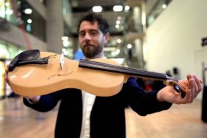 Questo particolare materiale permette un elevato grado di personalizzazione del timbro dello strumento.